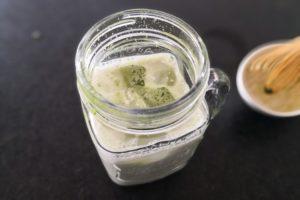Matcha-Latte auf Eis – mein Sommerdrink. Besser als Kaffee.
